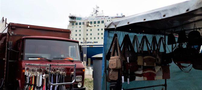 Markt in Travemünde: Shoppen im Schatten der großen Schiffe