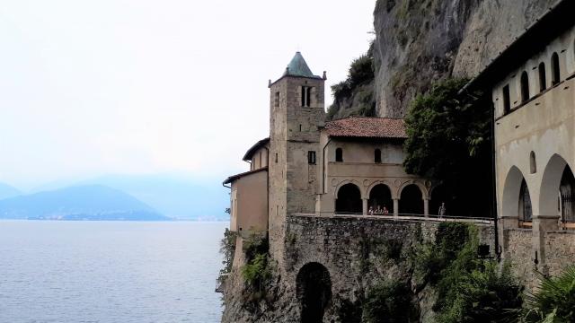 Santa Caterina del Sasso am Lago Maggiore: Eremitenkloster in besonderer Lage - Die bunte Christine