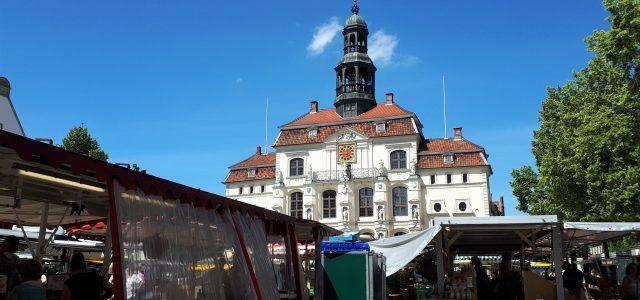 Markt in Lüneburg: Einkaufen in malerischer Kulisse